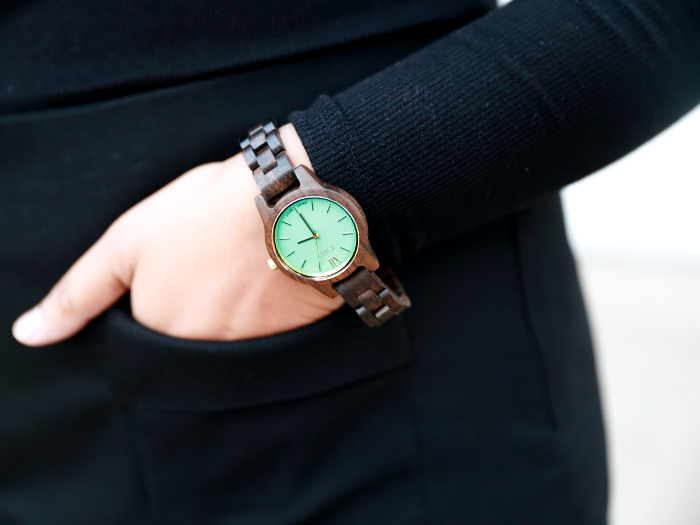 The minimalist luxury watch from Jord Wood Watches is a fall essential accessory. These unique and cool watches make for a perfect gift for both men and women. Featuring the FRANKIE 35 series Dark Sandalwood & Mint Watch with all black outfit in this post.