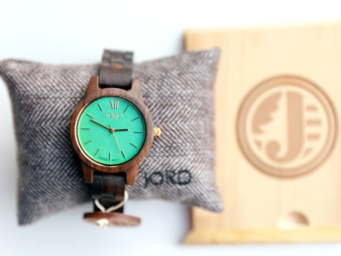 The minimalist luxury watch from Jord Wood Watches is a fall essential accessory. These unique and cool watches make for a perfect gift for both men and women. Featuring the FRANKIE 35 series Dark Sandalwood & Mint Watch in this post.