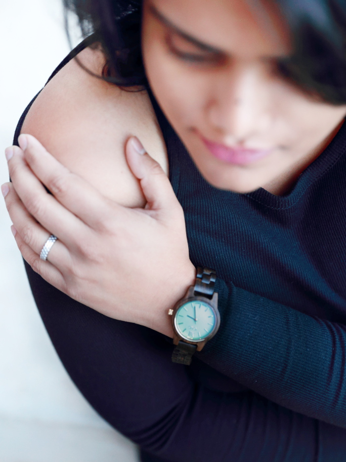 The minimalist luxury watch from Jord Wood Watches is a fall essential accessory. These unique and cool watches make for a perfect gift for both men and women. Wearing an all black look with a cold-shoulder top featuring FRANKIE 35 series Dark Sandalwood & Mint Watch.