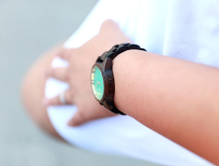 The minimalist luxury watch from Jord Wood Watches is a fall essential accessory. These unique and cool watches make for a perfect gift for both men and women. Featuring the FRANKIE 35 series Dark Sandalwood & Mint Watch with all white outfit in this post.